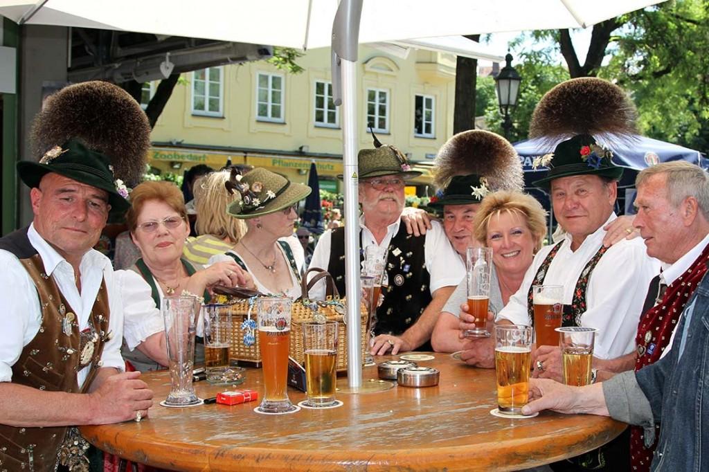 Bella Lerner mit ihren Gästen auf dem Viktualienmarkt in München